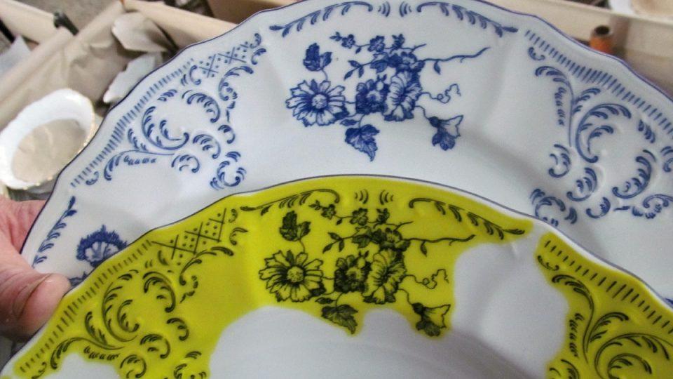 Srovnání talíře s obtiskem před a po výpalu
