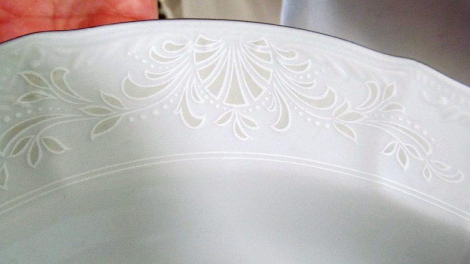Detail talíře s obtiskem po výpalu