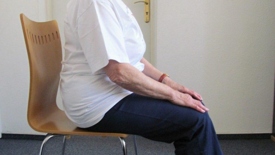 1. Hlavně si nezapomeňte připravit správnou židli – s opěradlem a ne příliš měkkou