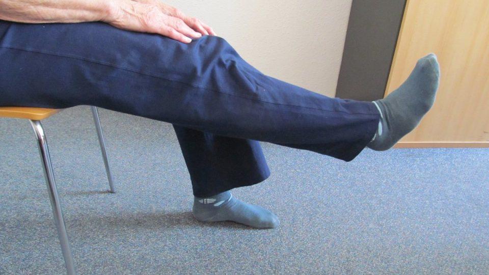 4. Propneme koleno a nohu zvedneme do polohy, kterou zvládneme – protahujeme podkolenní vazy