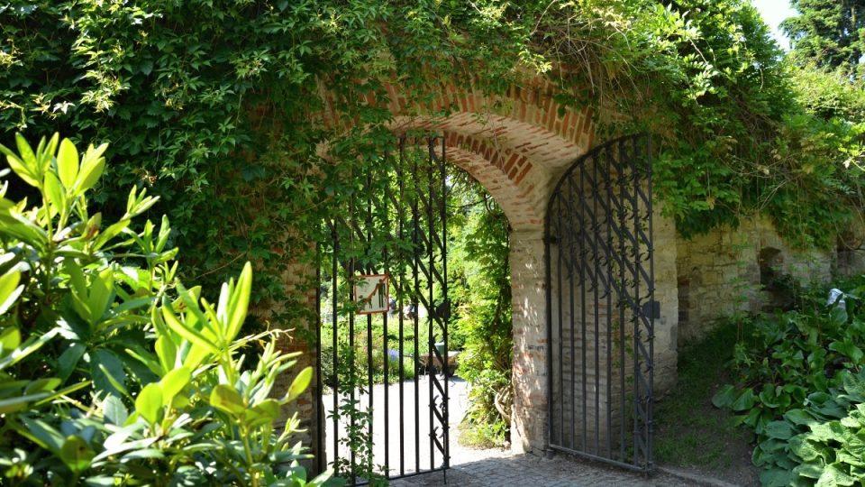 Brána jako do Trnkovy Zahrady