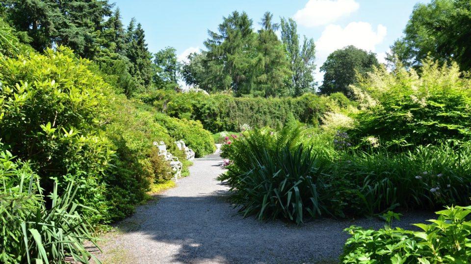 Pohled do zahrady, které se říká i malý Průhonický park