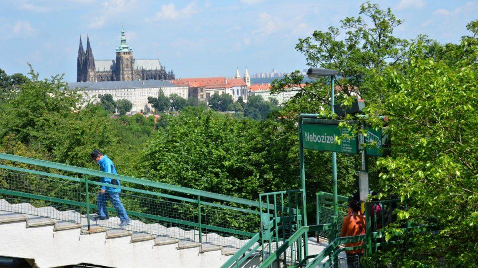 Cestou zpět můžete seběhnout na zastávku lanovky Nebozízek s úžasným výhledem