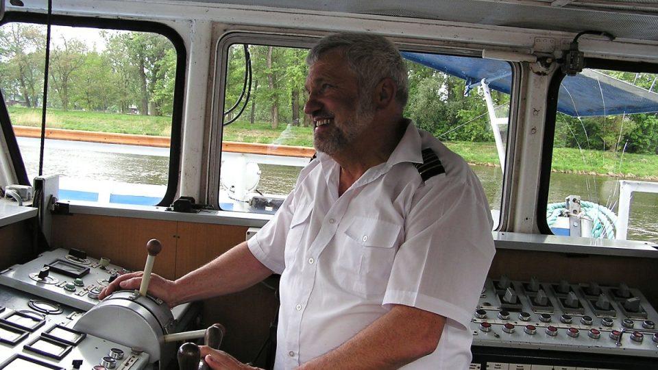 Kormidelník na lodi žádný stres z hustého provozu neprožívá