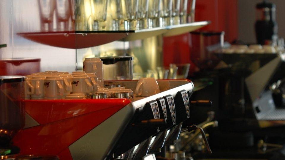 Ani drahý kávovar nezaručuje, že dostanete dobrou kávu. Hlavní je školená obsluha