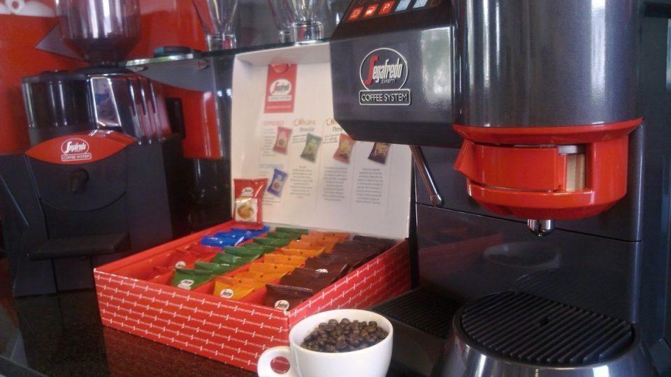 Kávovar na čerstvou kávu pro malé kanceláře