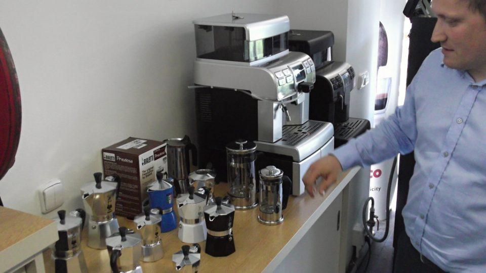 Mezi spoustou kávovarů jsou i jednoduchá zařízení, ukazuje Oleg Firyak