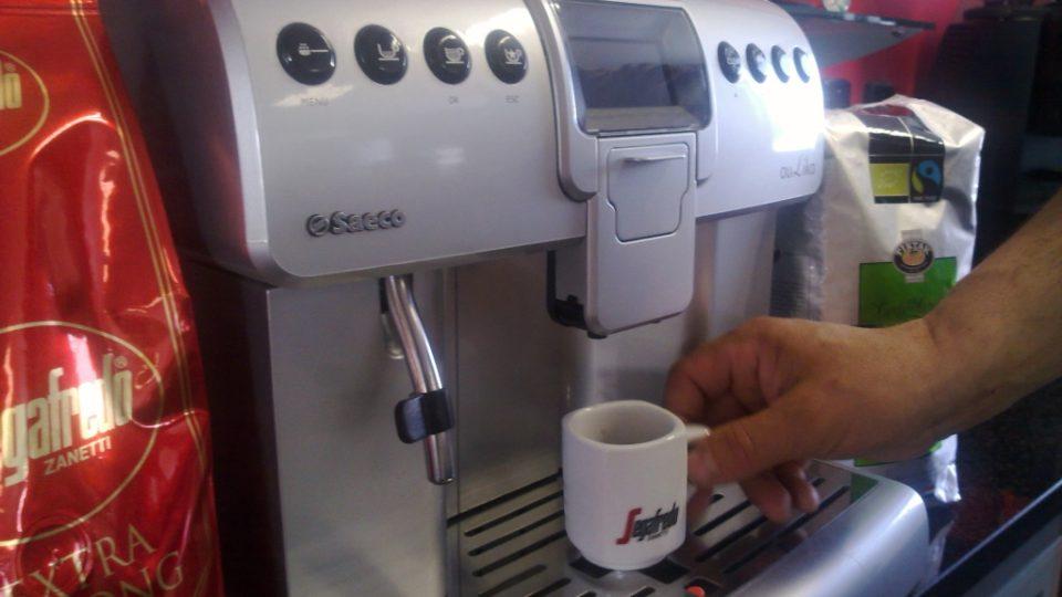 Stačí zmáčknout tlačítko a automat připraví nápoj