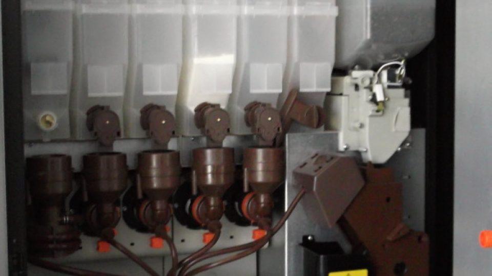 Vpravo zásobník na kávu, následují zásobníky na sušené a instantní přípravky