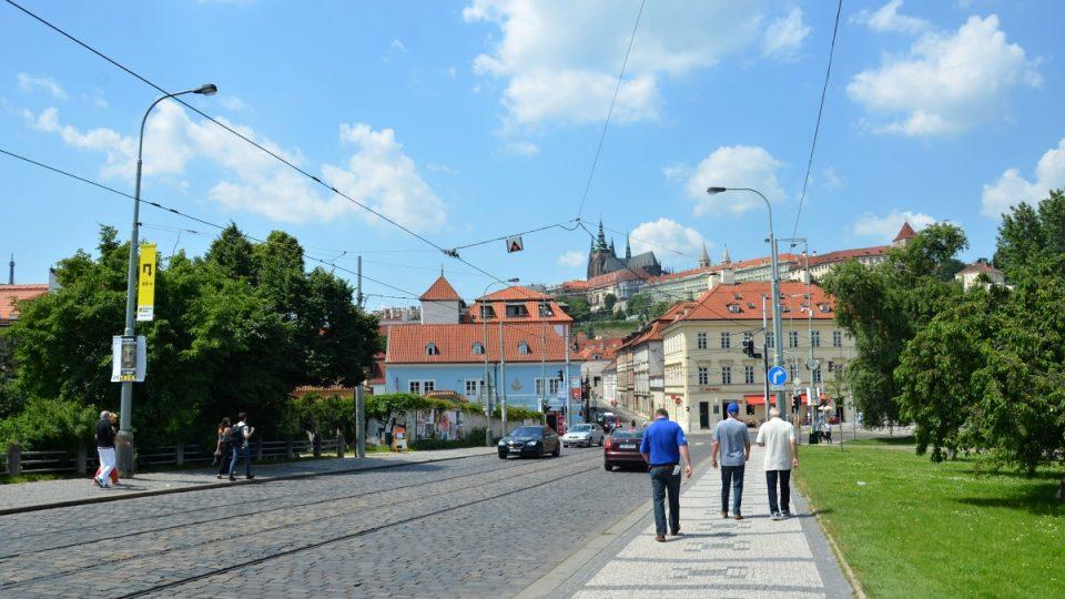 K uličce dojdete pěšky od Mánesova mostu nebo přijedete MHD na zastávku Malostranská