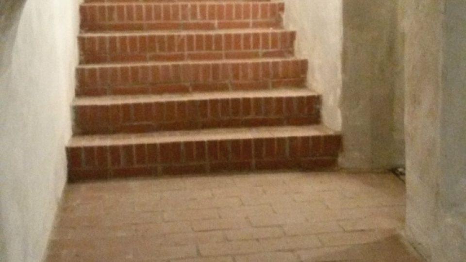 Schodiště do podzemního sklepení s kryptou
