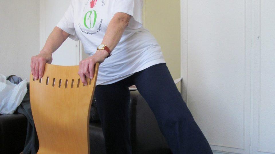 4. Cvičíme střídavě oběma nohama tak, že jedna je pevně na podložce a druhá kmitá směrem od těla vlevo nebo vpravo.