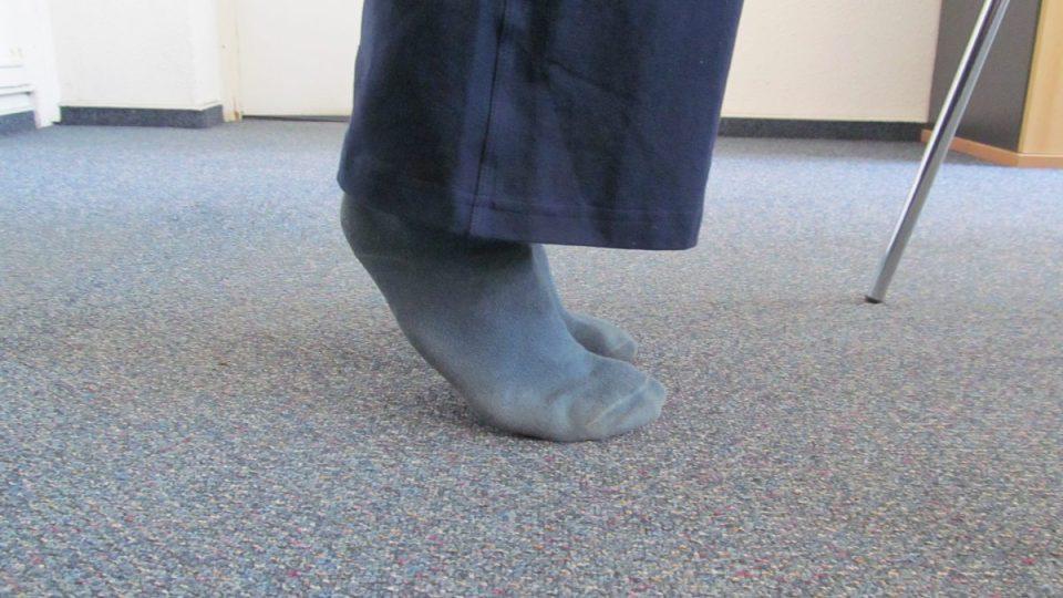 2. S nádechem se stavíme na špičky a s výdechem zpět do původní pozice na celých chodidlech obou nohou.