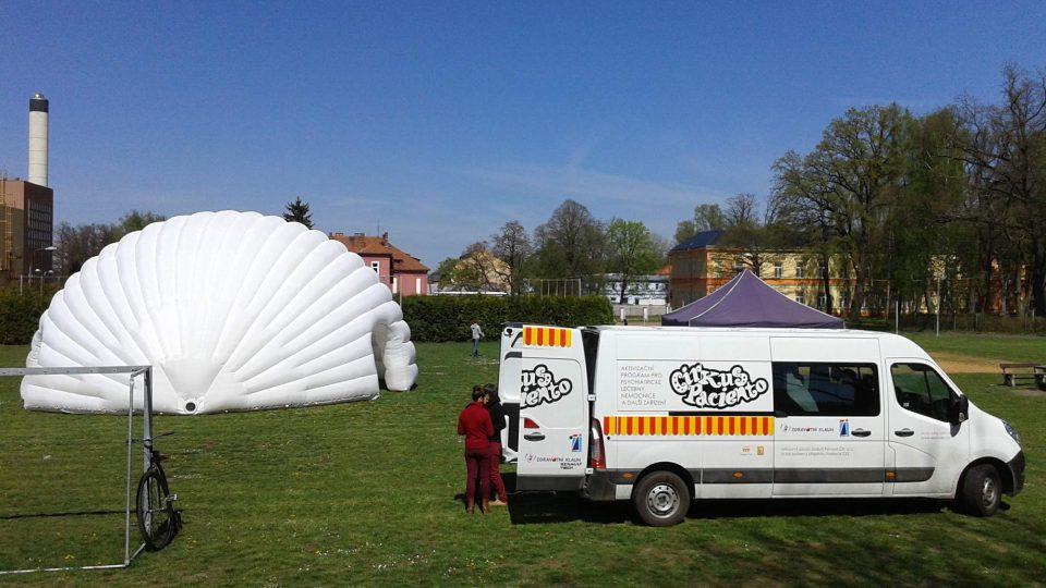 Poklidné areály psychiatrických léčeben pomáhá Cirkus Paciento probudit z letargie
