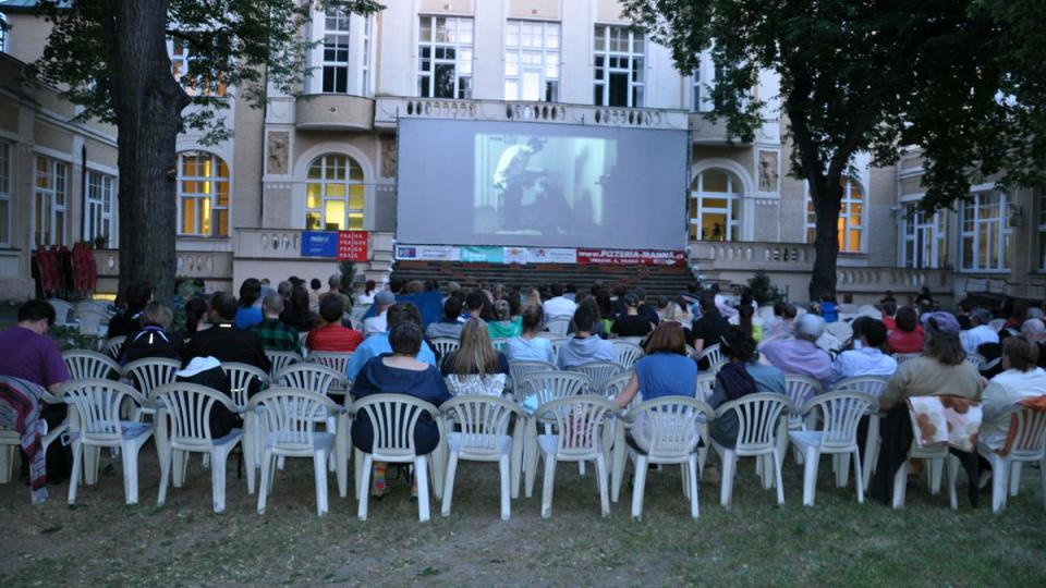 Karlínské filmové léto 2014 zahájil film Ostře sledované vlaky