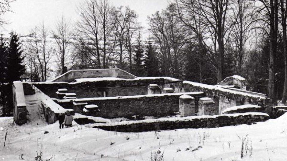 Torzo pašijového divadla v Hořicích na Šumavě, 1964
