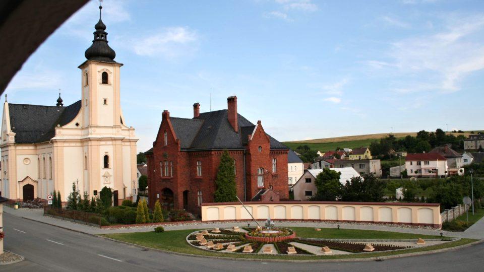Sluneční hodiny a Chrám sv. Vavřince uprostřed obce