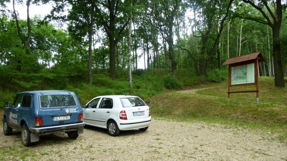 Parkoviště asi 150 metrů od rozhledny