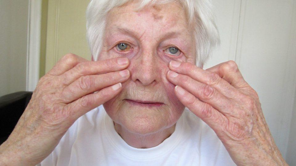 2. Promasírujeme jemně také svaly na tváři, postupujeme, jako bychom si roztírali krém