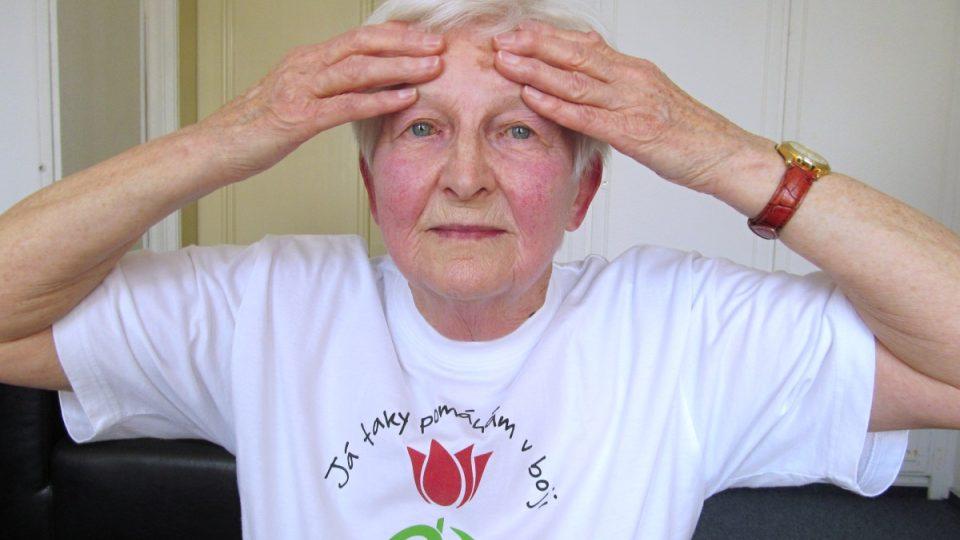 1. Nejprve si provedeme jemnou masáž obličejových svalů