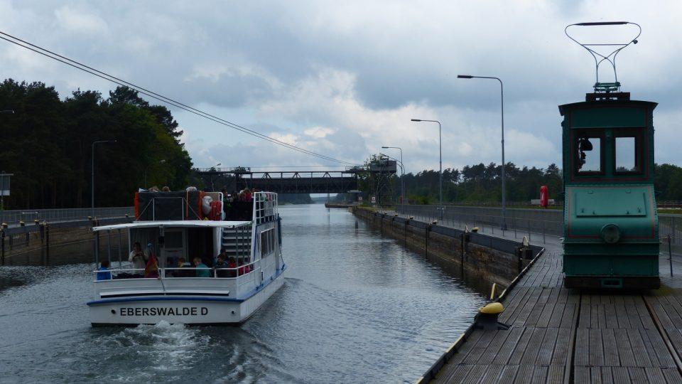 Po překonání 36 metrového rozdílu mohou lodě pokračovat v cestě