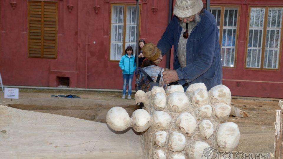 Zámecký park v Klášterci nad Ohří zdobí nové sochy