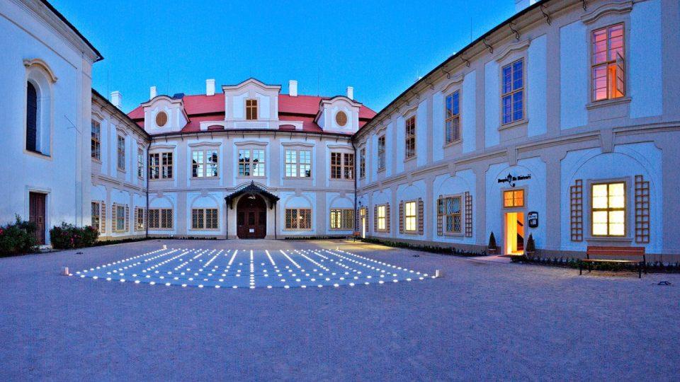Světelný labyrint a zámek Loučeň