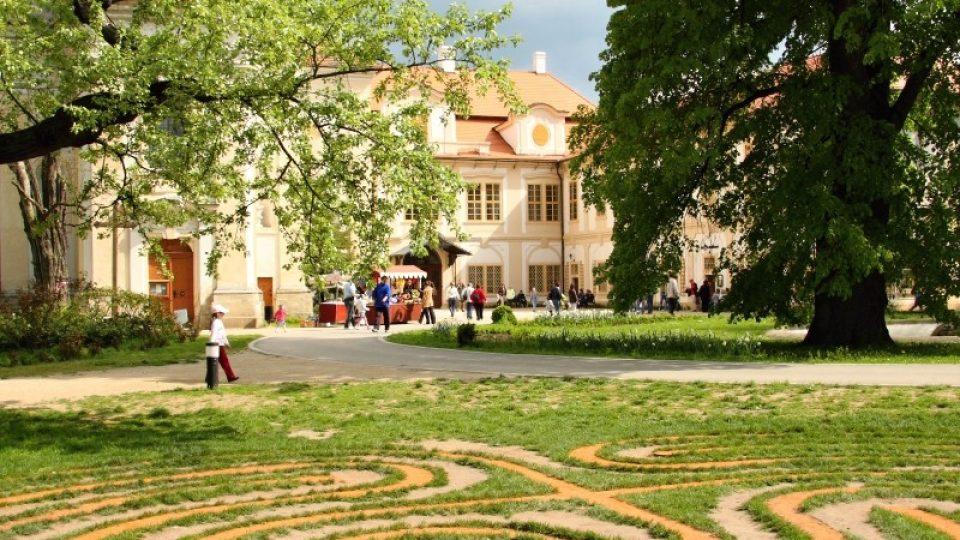 Travnavý labyrint a zámek Loučeň