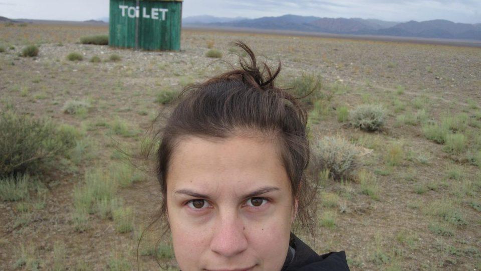 Zuřivá reportérka Magdaléna Medková se nebojí natáčet ani na toaletách