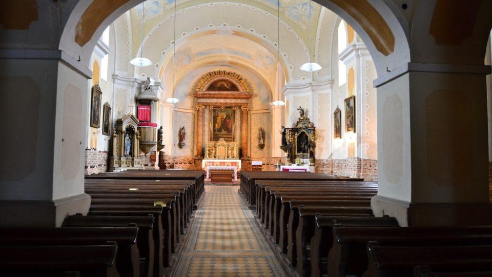 Vnitřní prostory kostela sv. Petra a Pavla v Jistebníku (barokní oltář svaté Anny, chórovou lavici z osmnáctého století a křtitelnici z roku 1616 pocházející z předchozího kostela, který mezitím dosloužil)
