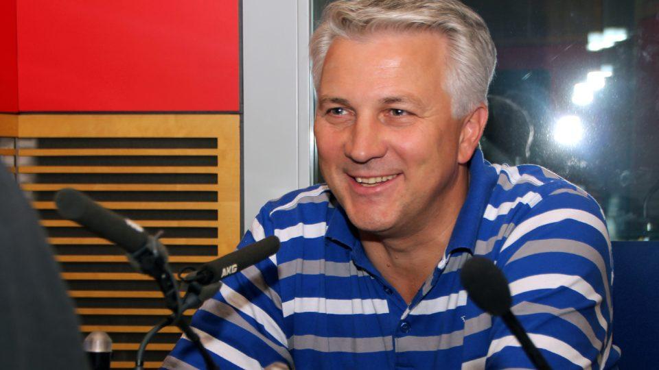 Zdeněk Schwarz, ředitel Zdravotnické záchranné služby, ve studiu Radiožurnálu