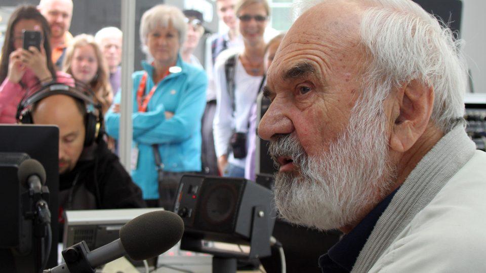 Zdeněk Svěrák byl hostem Radiožurnálu. Na otázky Jana Pokorného odpovídal za velkého zájmu publika