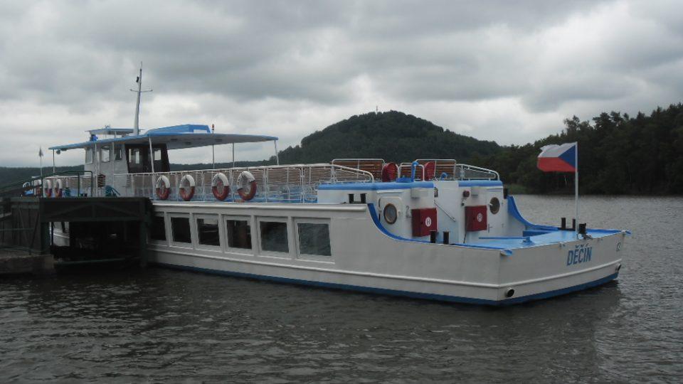 Loď Máj která brázdí vody Máchova jezera