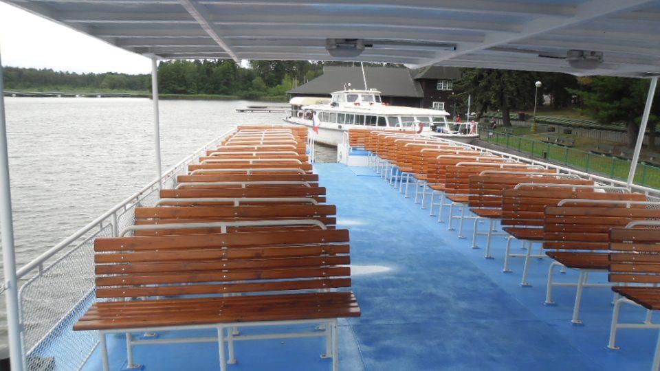 Na horní palubě lodi Máj