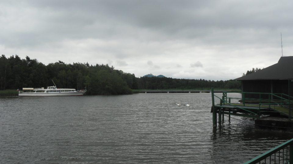 Máchovo jezero, v pozadí zřícenina Bezděz