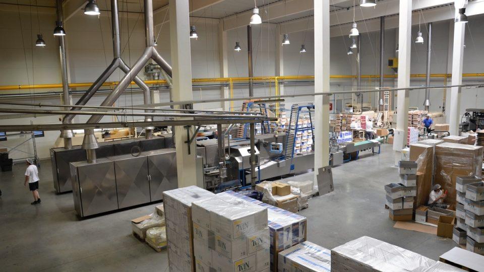 Výrobní hala, vlevo nahoře potrubí, kterým putuje těsto ze zásobníků k lince
