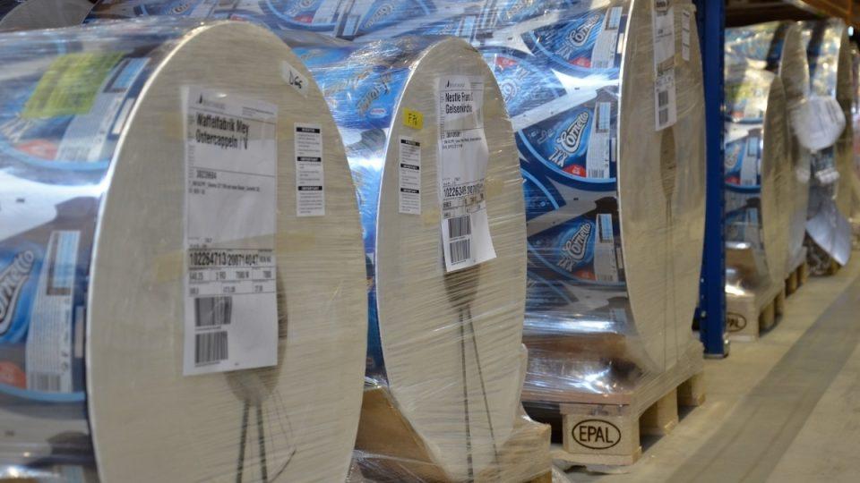Role s kašírovaným materiálem na obaly kornoutů průmyslově vyráběné zmrzliny