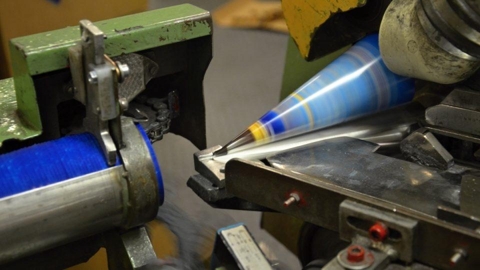 Skružovací zařízení vyrobí stočí a slepí tři obaly za sekundu