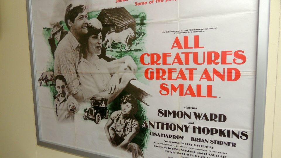 Plakát filmu Všechny velké a malé bytosti, který pojednává o životě Jamese Herriota