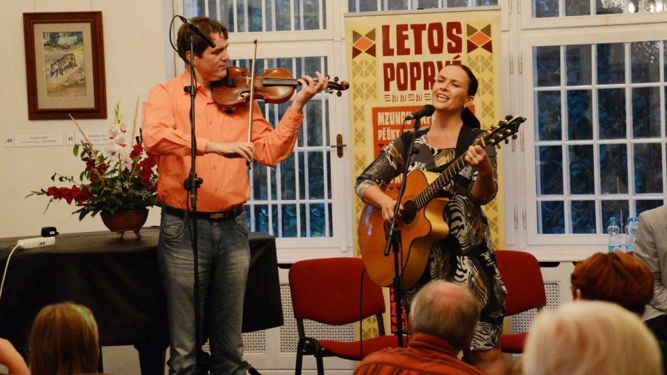 Skvělou atmosféru dokreslil hudební doprovod a Vladimíra Iljiče Pecháčka a Jany Rychterové