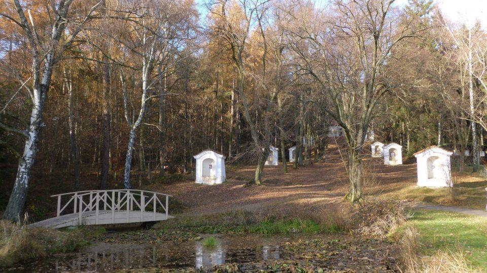 Areál Skalka u Mníšku pod Brdy je známým poutním místem. Chodíval tudy i Kája Mařík