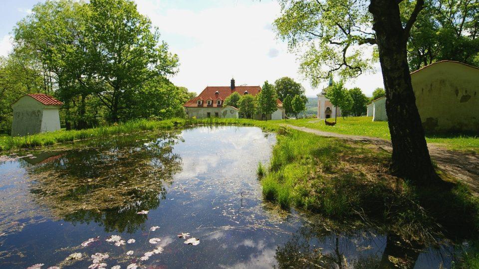 Součástí komplexu Skalka je i rybník