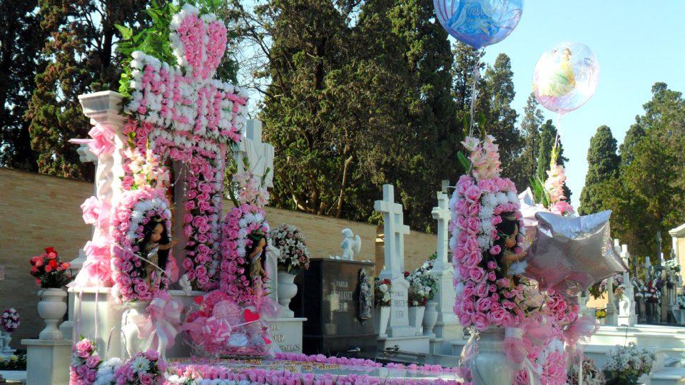 Na hřbitově San Fernando v Seville natrefíte i na podobně nazdobené hroby