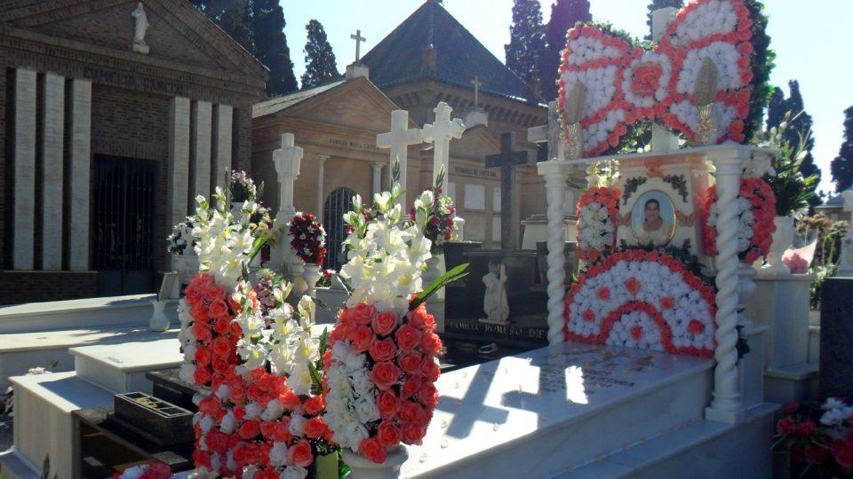 O nazdobené pomníky se stará četa hřbitovních uklízeček