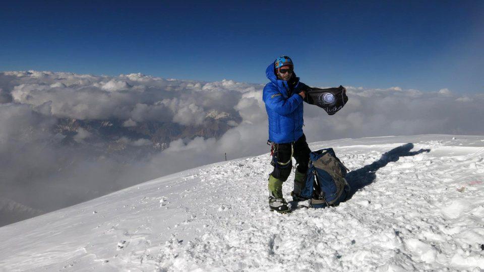 Honza Tráva Trávníček na vrcholu K2. I s vlajkou Světlušky