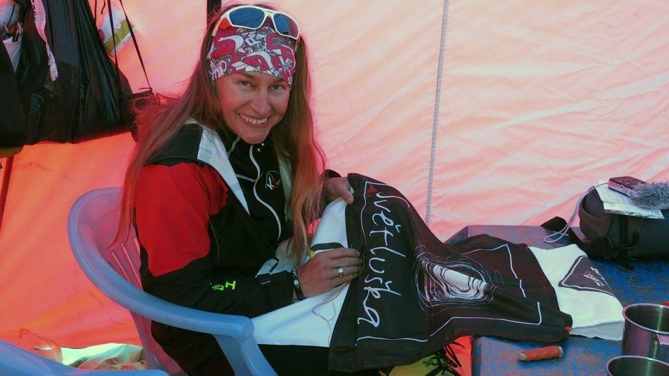 Lucie Výborná s vlajkou Světlušky v základním táboře u hory K2
