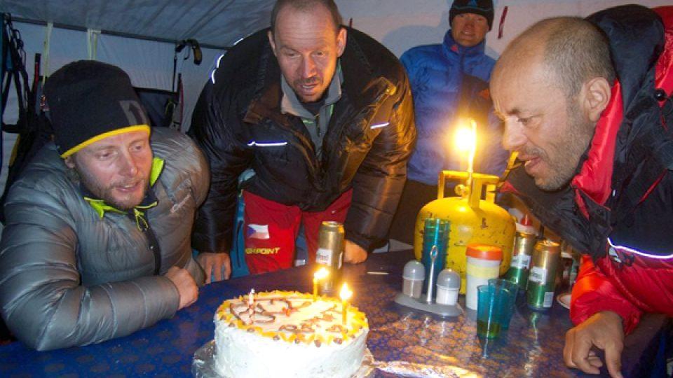 Horolezci oslavují v základním táboře