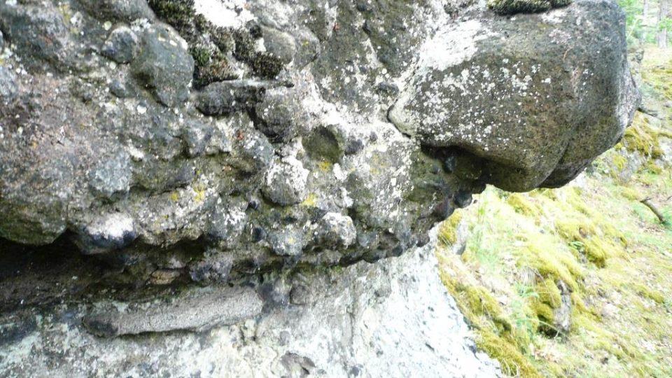Detail proudu bahna a kamení