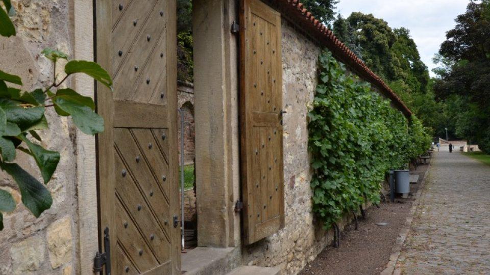 Brána v jedné z původních zdí