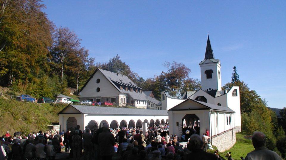 Jen pár set metrů od Žebračky se tyčí poutní kostel Panny Marie Pomocné